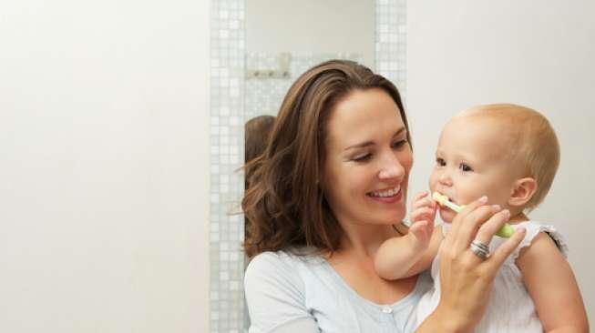 55614-ibu-mengajarkan-si-kecil-sikat-gigi
